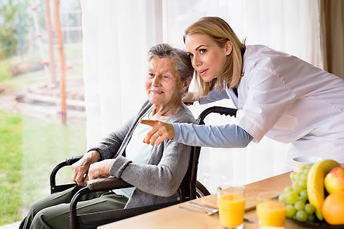 Aide à domicile au service d'une personne âgée