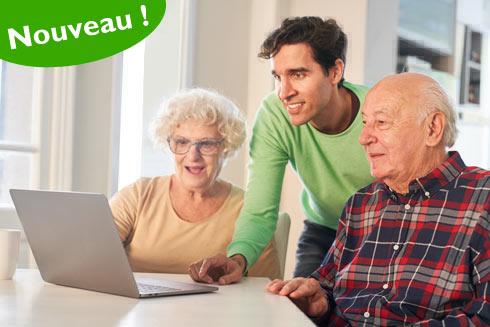 Femme aidant une dame âgée à faire ses courses en ligne