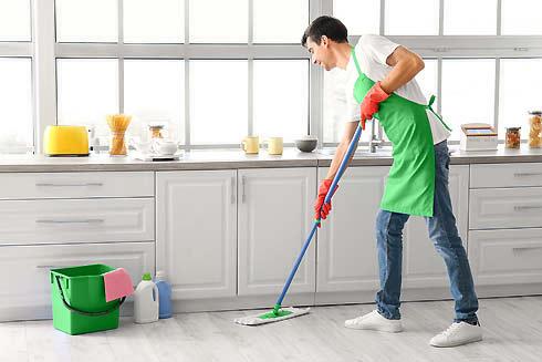 Aides ménagers en train de nettoyer un domicile