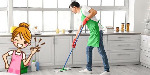 Aides ménagers nettoyant une salle de séjour