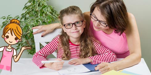 Nounou aidant une fillette à faire ses devoirs