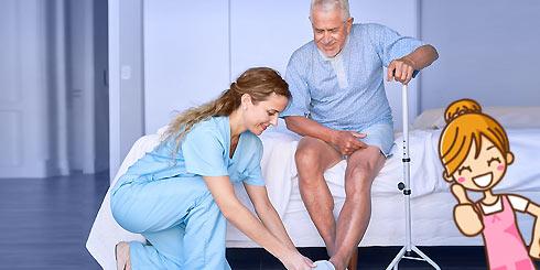 Aide à domicile auprès d'une personne dépendante dans son lit