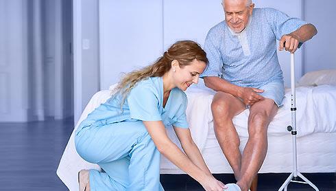 Garde de nuit tenant compagnie à une personne âgée